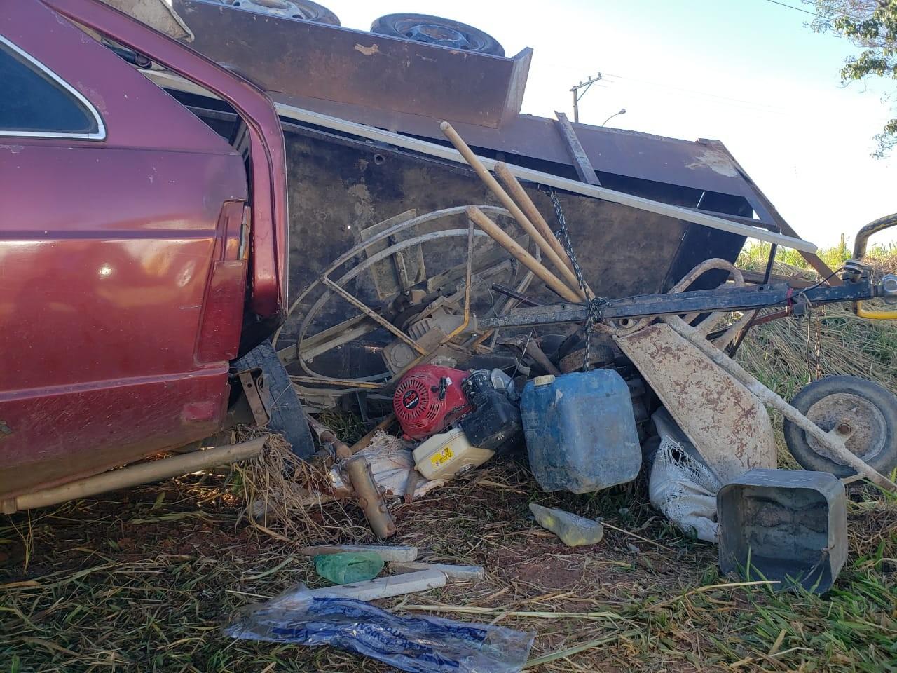 Carro com carretinha acoplada tomba em rodovia de Tupã; quatro pessoas ficam feridas - Noticias