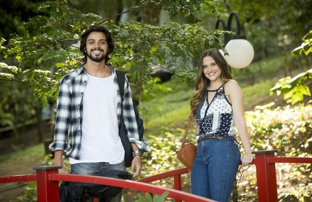 Rodrigo Simas entrará na novela como Alejandro, amigo de infância de Luna. Ele decidirá deixar de lado os planos de se dedicar à carreira musical para investigar o paradeiro da moça em São Paulo TV Globo