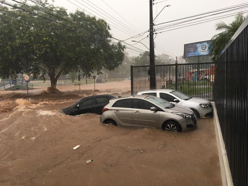 Veículos foram levados pela enxurrada no Parque do Povo, em Presidente Prudente — Foto: Wellington Roberto/G1