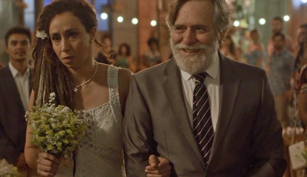 Gorete vai ficar arrasada depois que o pai de Badu aprontar — Foto: TV Globo
