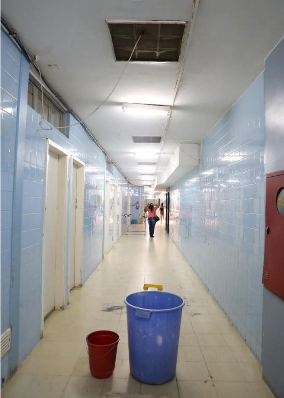 Telhado quebrado com goteiras no Hospital Regional de Planaltina — Foto: Reprodução