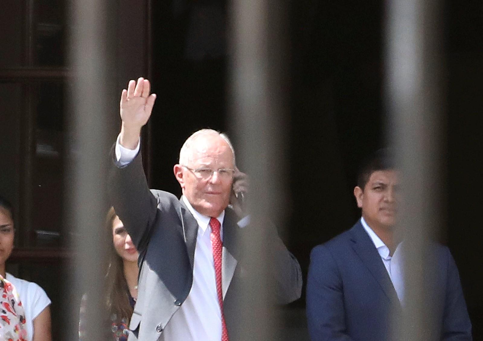 Pedro Pablo Kuczynski deixa o Palácio Governamental após apresentar carta de renúncia ao Congresso em Lima (Foto: Mariana Bazo/ Reuters)