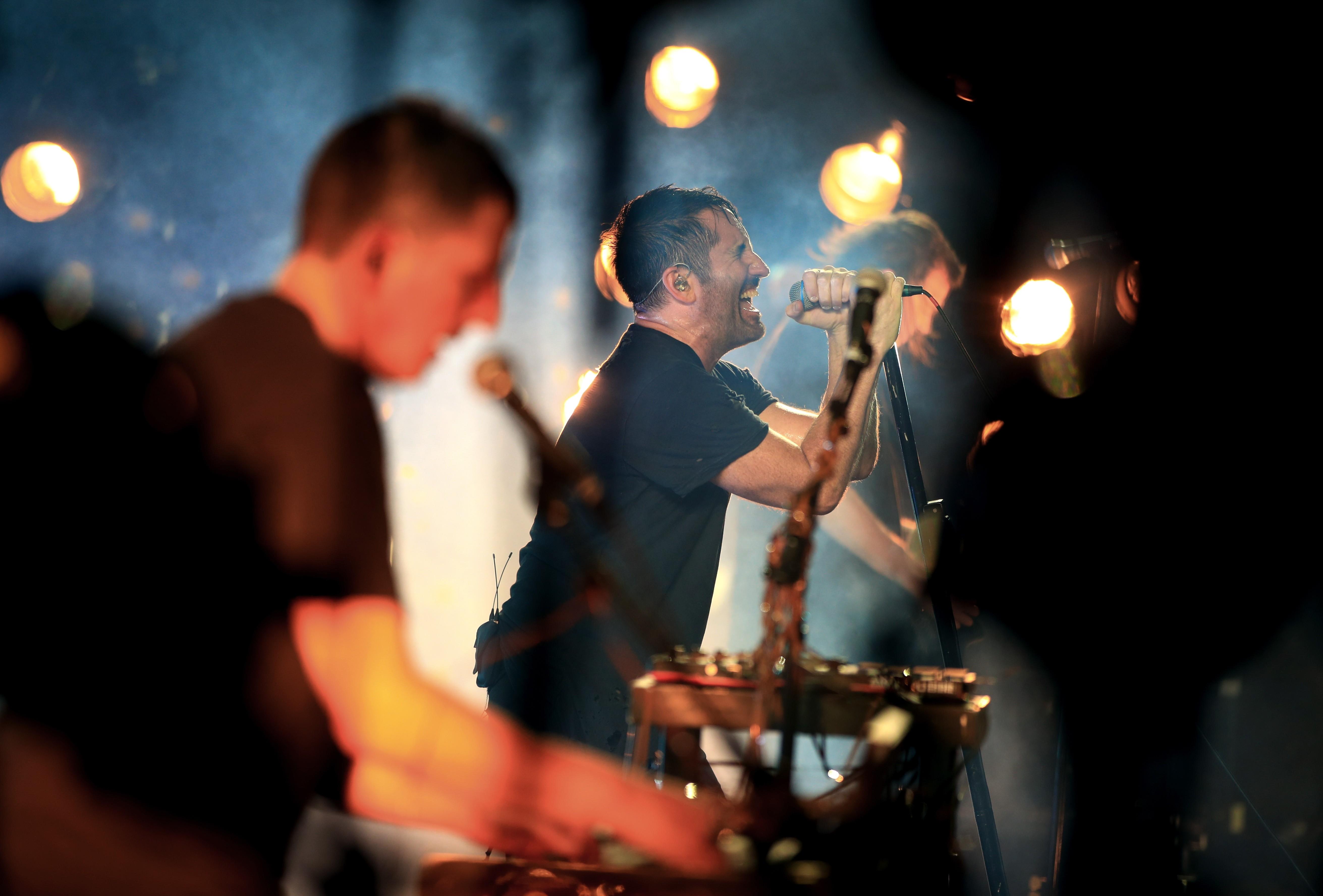 A dupla em ação durante show dos Nine Inch Nails (Foto: Getty)