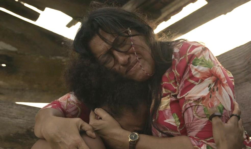 As duas choram ao relembrar o dia em que Lurdes (Regina Casé) encontrou Camila (Jéssica Ellen) em 'Amor de Mãe' — Foto: Globo