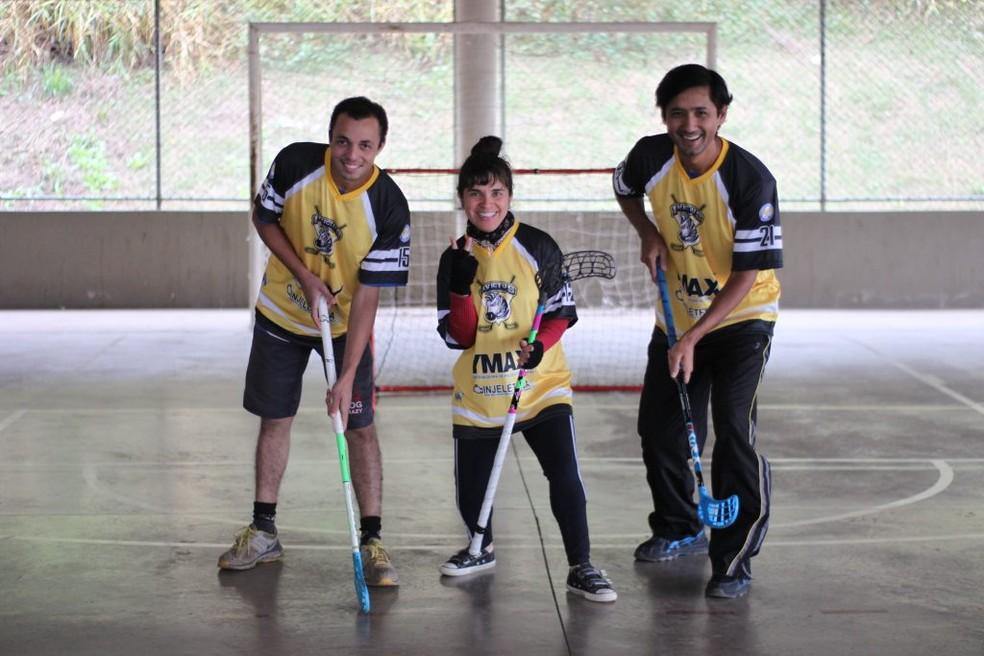 Fátima, ao centro, durante treino de floorball — Foto: Associação Campineira de Floorball