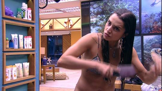 Paula penteia os cabelos após o banho