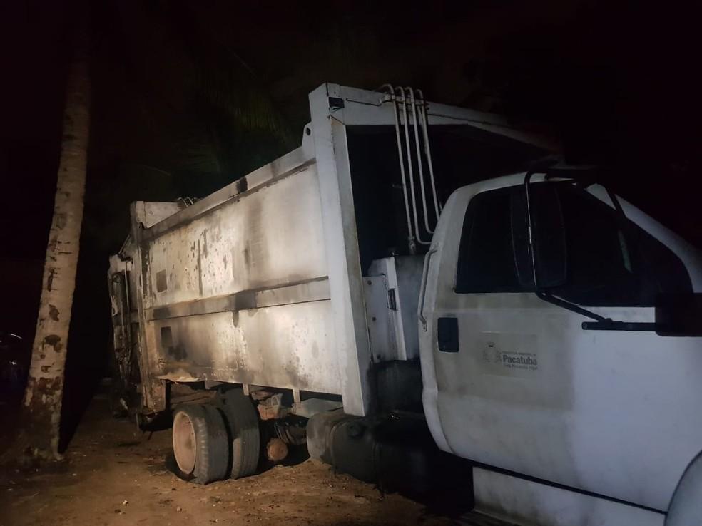 Caminhão de coleta de lixo é queimado por três suspeitos em Pacatuba. — Foto: Rafaela Duarte/ Sistema Verdes Mares