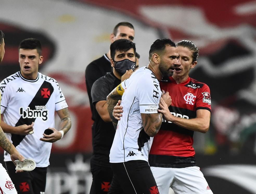 Leandro Castan discute com Filipe Luis após vitória do Vasco. Zagueiro recuperou a posição de titular — Foto: André Durão