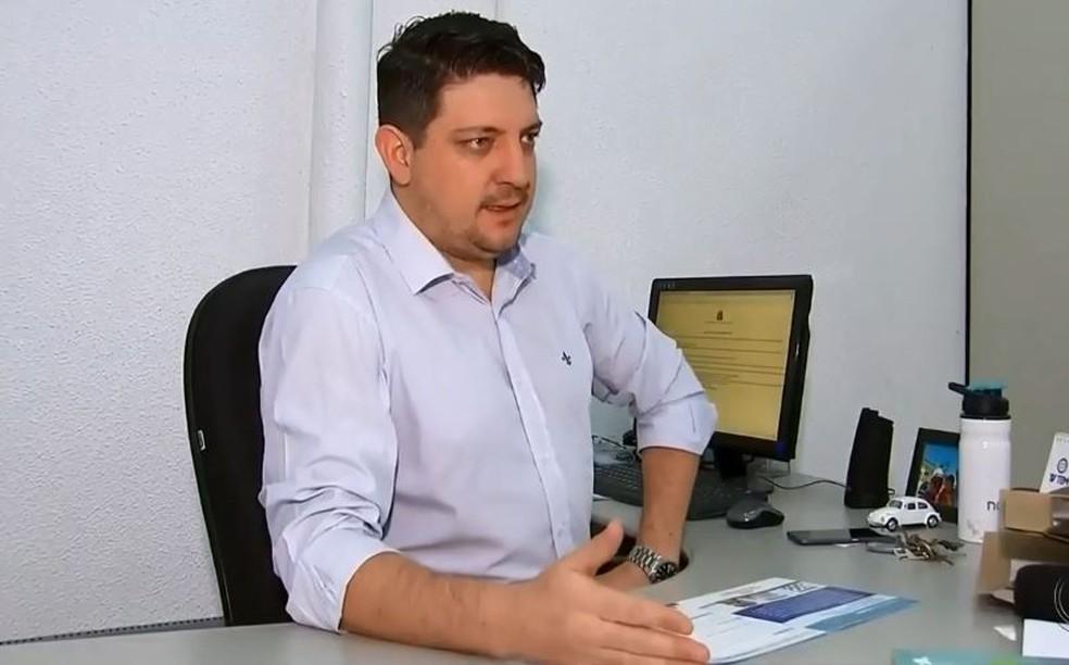 Guilherme Moraes, coordenador do Procon de Marília, diz que demanda por passagens maior que a oferta dificulta punição às empresas (Foto: TV TEM/Reprodução)
