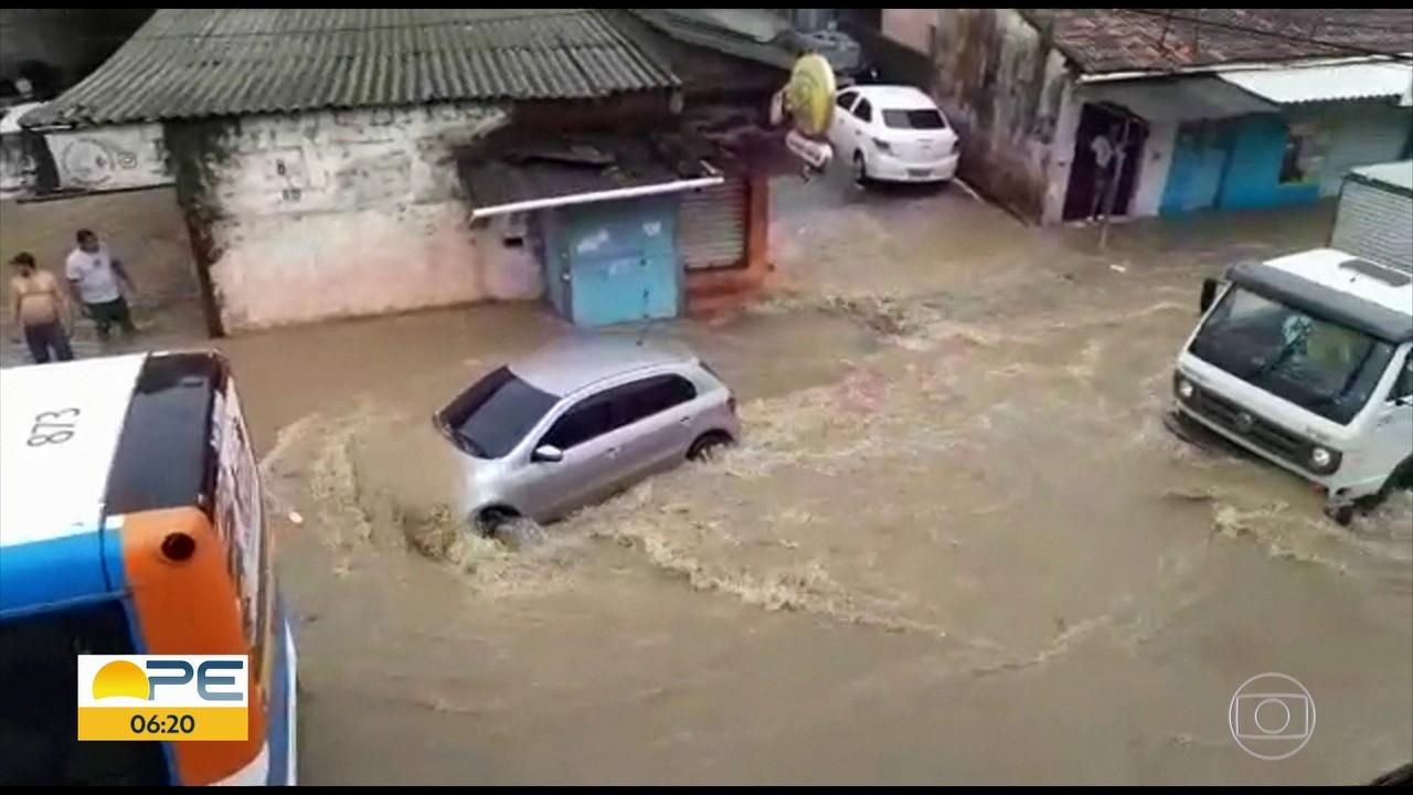 Domingo de chuvas deixa ruas alagadas, casas destruídas e homem desaparecido em córrego