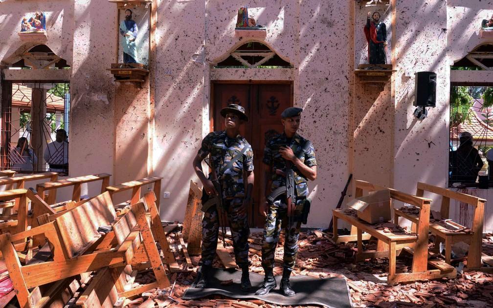 Soldados fazem guarda em uma igreja atingida por explosão em Negombo, no Sri Lanka, no domingo (21) â?? Foto: Reuters/Stringer