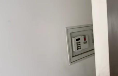 O quarto do casal possui um cofre Reprodução