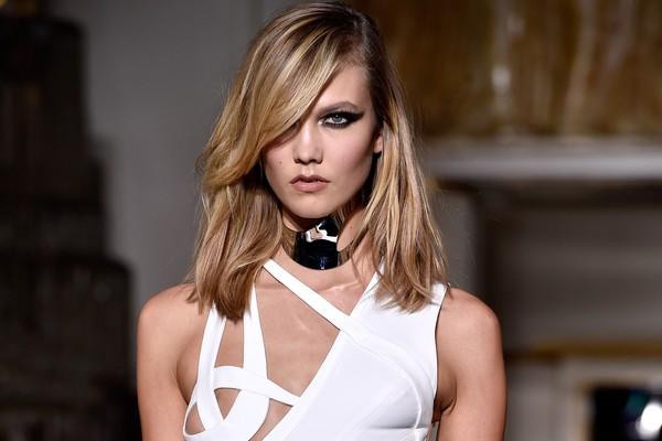 Karlie Kloss em defile da Versace (Foto: Getty Images)