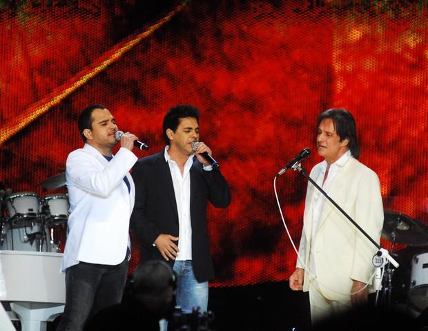 Zezé Di Camargo e Luciano com Roberto Carlos (Foto: TV Globo / Kiko Cabral)