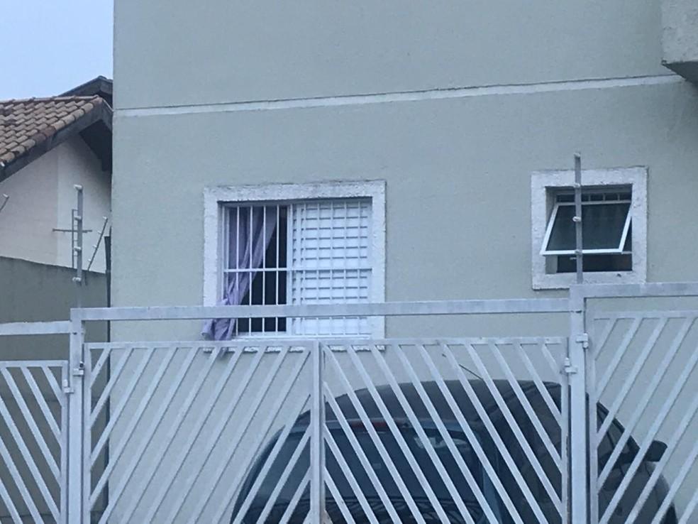 Corpos estavam em um quarto do apartamento, no térreo — Foto: Michelle Sampaio/TV Vanguarda