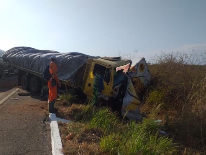 Acidente entre duas carretas deixa motoristas feridos na BR-116