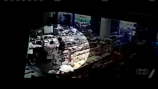 Mulher é flagrada ao furtar queijo em padaria em Cidade Ocidental; vídeo