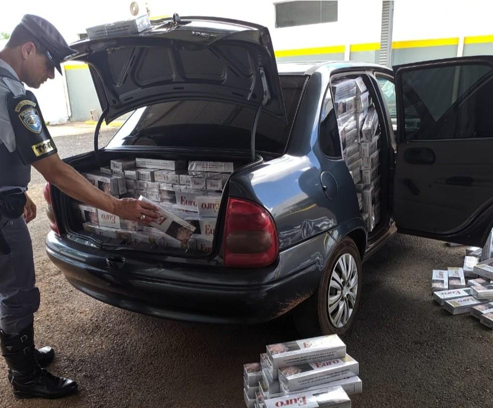 Carga de cigarros contrabandeados era transportada em um carro — Foto: Polícia Rodoviária