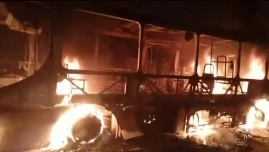 Ônibus é incendiado por vândalos em Iperó; vídeo