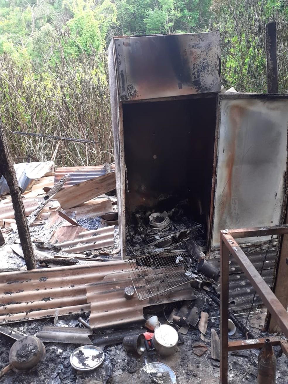 Objetos de templo umbandista em Planaltina, no DF ficaram destruídos após incêndio — Foto: Arquivo pessoal