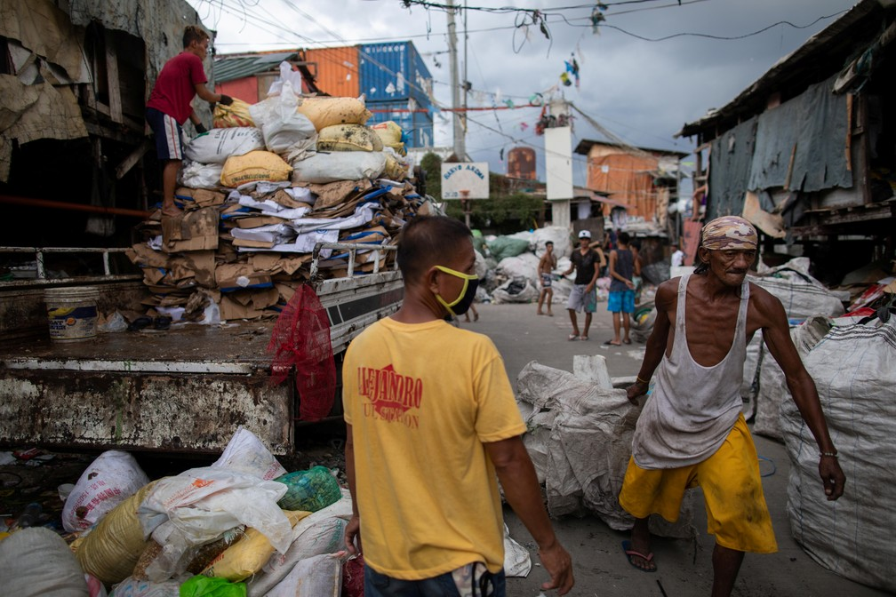Trabalhadores recolhem lixo em Manila, Filipinas, em 20 de julho — Foto: Eloisa Lopez/Reuters