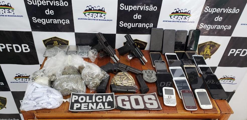 Armas, drogas e celulares foram encontrados em presídio no Recife — Foto: Reprodução/WhatsApp