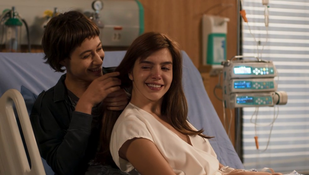 As irmãs se aproximam — Foto: TV Globo