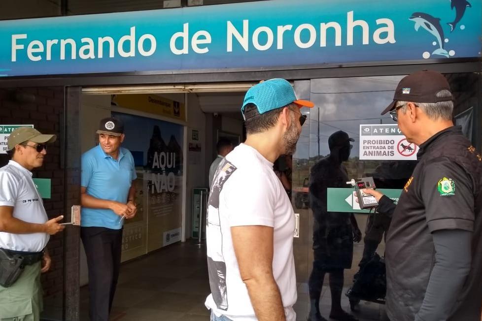 Turistas que chegam ao aeroporto de Noronha recebem orientações de trânsito e fazem teste de bafômetro