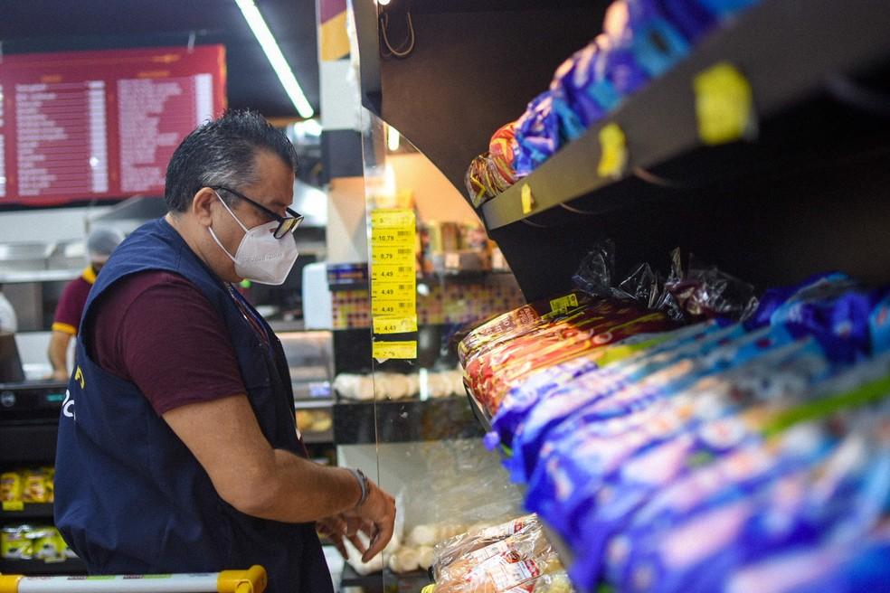 Fiscais verificam condições e preços de alimentos — Foto: Divulgação/Procon-AM