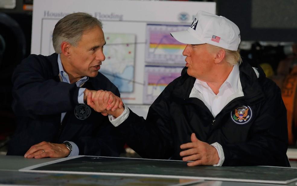O presidente dos EUA, Donald Trump, cumprimenta o governador do Texas, Greg Abbott, durante reunião sobre a resposta aos danos causados pela tempestade tropical Harvey, em Corpus Christi, na terça (29) (Foto: Reuters/Carlos Barria)