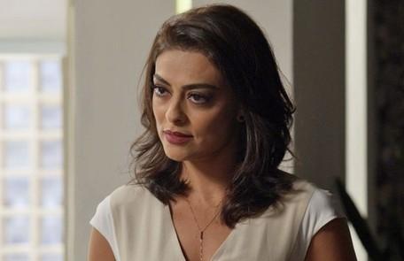 Na terça-feira (1), Carolina (Juliana Paes) incentiva Rafael (Daniel Rocha) a tirar fotos com Eliza(MarinaRuy Barbosa), insinuando um clima amoroso entre os dois TV Globo