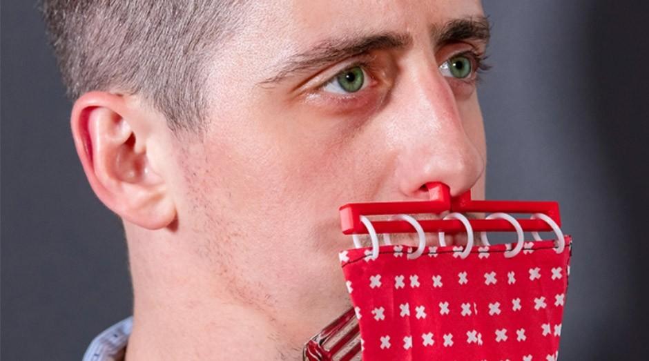Uma das últimas criações de Benedetto é uma cortina para colocar na boca e comer sem precisar fechar a boca. (Foto: Instagram/unnecessaryinventions)