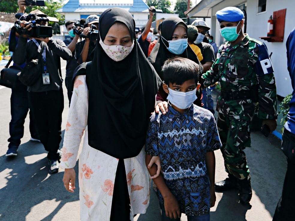 Família de Kharisma Dwi, um dos tripulantes do KRI Nanggala-402, na base naval de Banyuwangi, na Indonésia, em foto deste domingo (25) — Foto: Ajeng Dinar Ulfiana/Reuters
