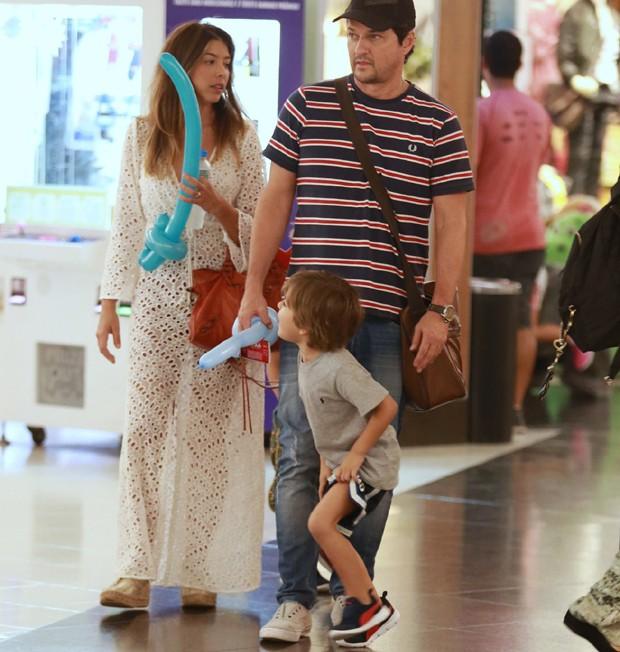 Marcelo Serrado, a mulher, Roberta Fernandes, e os filhos gêmeos, Guilherme e Felipe (Foto: Thiago Martins /AgNews)