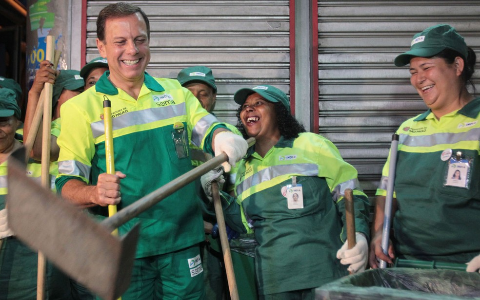 Vestido de gari, o prefeito de São Paulo, João Doria, participou de varrição de rua nesta segunda (2) — Foto: Felipe Rau/Estadão Conteúdo