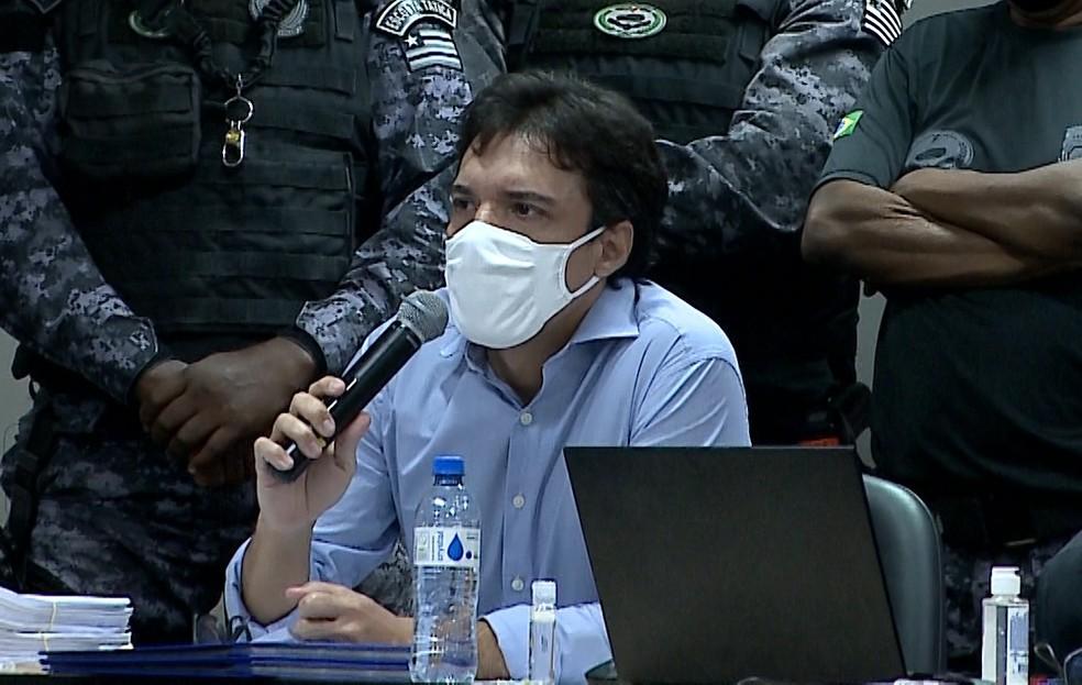 Lucas Porto fala durante julgamento em que é réu pelo assassinato da publicitária Mariana Costa — Foto: Reprodução/TV Mirante