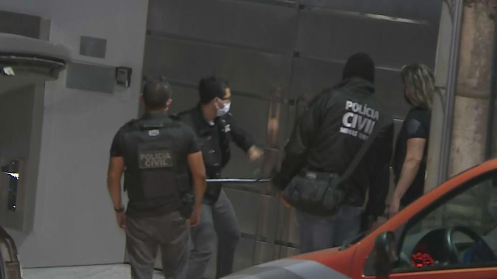 Policiais civis tentam abrir portão de mansão à força — Foto: Reprodução/TV Globo