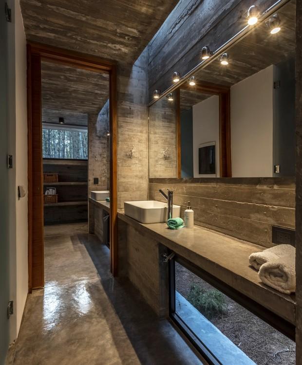 O concreto dá forma à móveis polidos (Foto: Federico Kulekdjian)