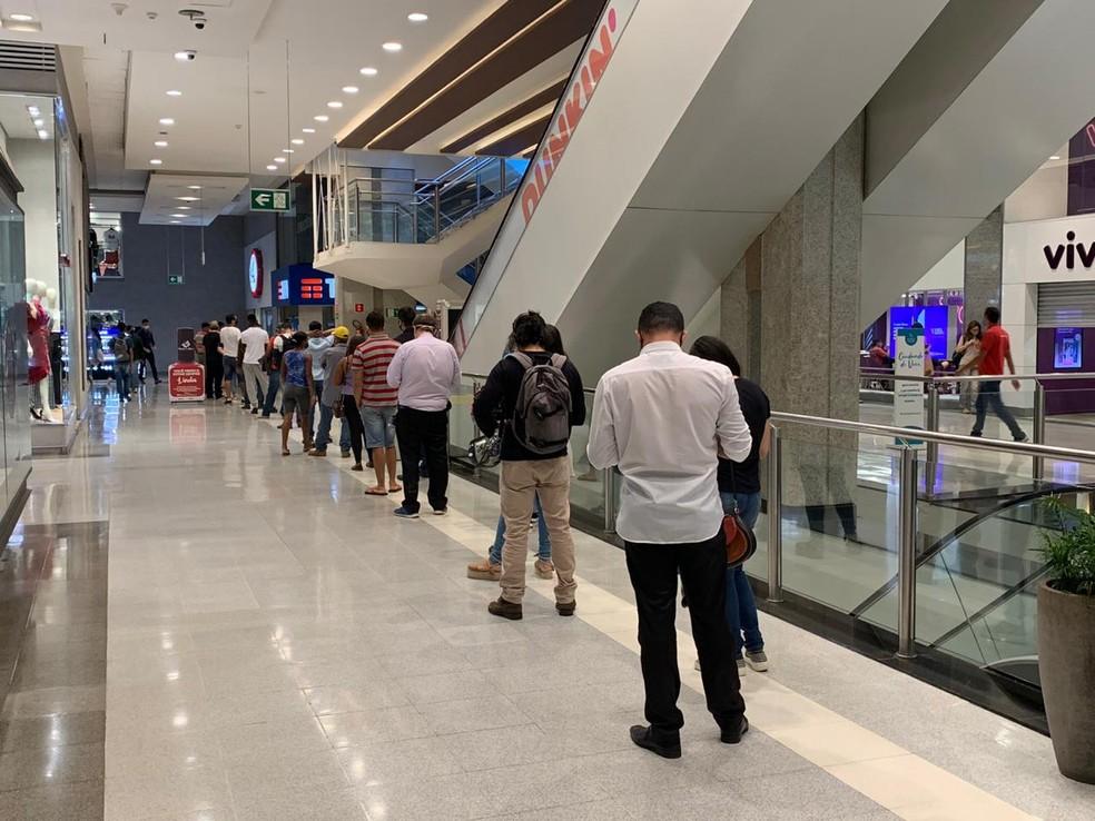 Fila para loja de telefonia celular em shopping no DF — Foto: G1 DF