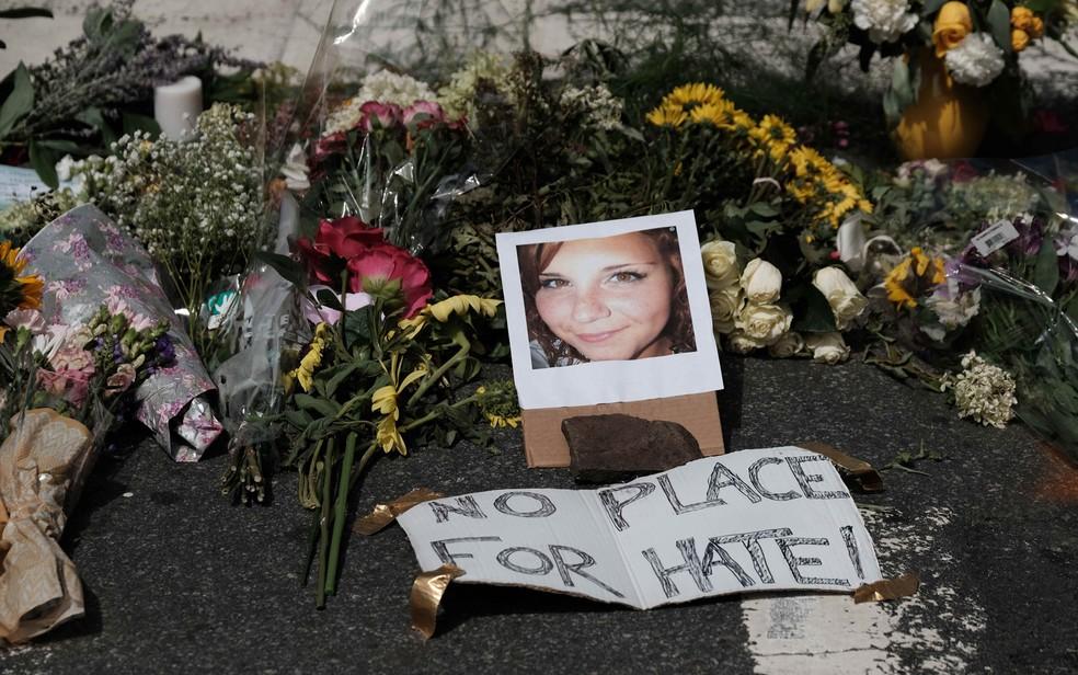 Tributos a Heather no local do incidente (Foto: Reuters/Justin Ide)