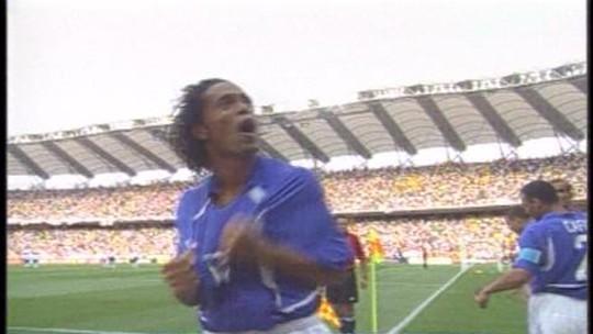 Gol de falta antológico de Ronaldinho Gaúcho contra a Inglaterra completa 16 anos