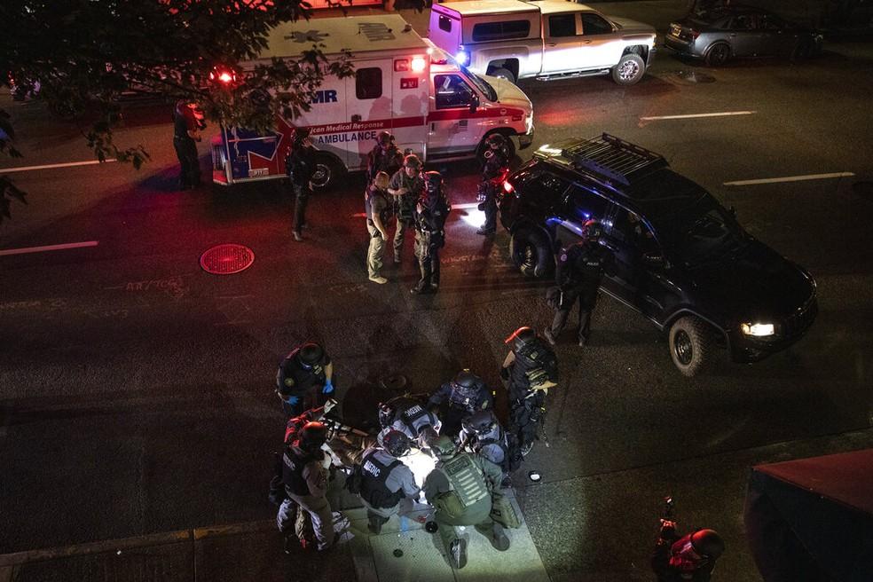 Homem é encontrado já sem vida pela polícia de Portland, nos EUA, perto de protesto antirracista, na noite de sábado (30). — Foto: AP Photo/Paula Bronstein