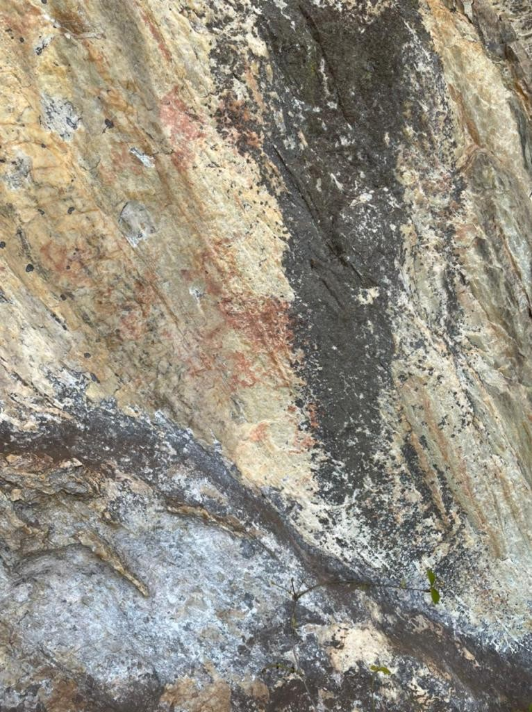 Pinturas rupestres são identificadas na Serra da Moeda durante trilha