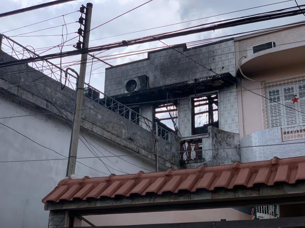 Segundo andar de casa foi destruído por incêndio, em Manaus. — Foto: Pedro Dias/Rede Amazônica