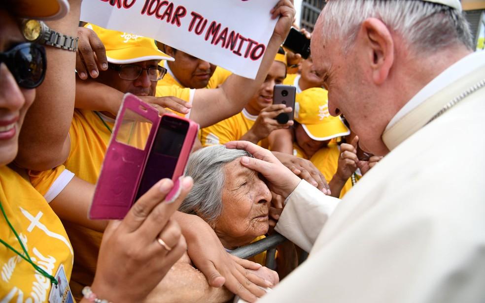 Papa Francisco abençoa Trinidad, de 99 anos, durante sua passagem por Trujillo, no Peru, em imagem de arquivo (Foto: Reuters/Vincenzo Pinto/Pool)