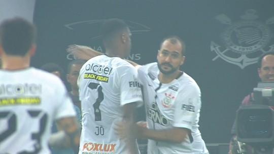 Após 472 dias, Danilo volta a jogar e celebra sétimo título pelo Corinthians