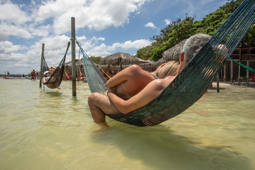 Em acesso gratuito à Lagoa do Paraíso, turistas relaxam em dia de sol — Foto: Celso Tavares/G1