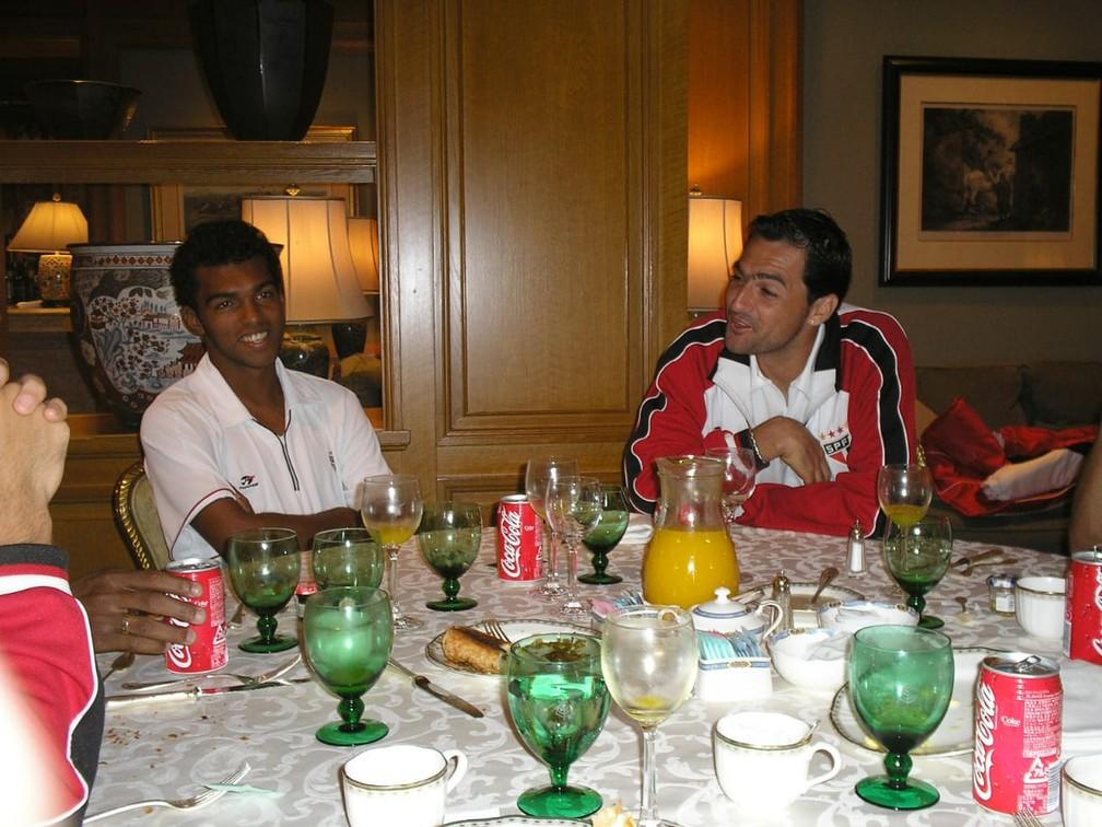 Richarlyson e Danilo durante refeição no Japão — Foto: Arquivo pessoal Souza