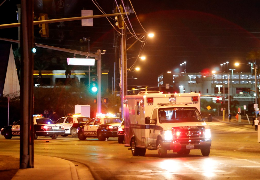 Ambulância deixa o local do tiroteio no festival de musica country em Las Vegas, nos EUa (Foto: Steve Marcus/Las Vegas Sun/Reuters)
