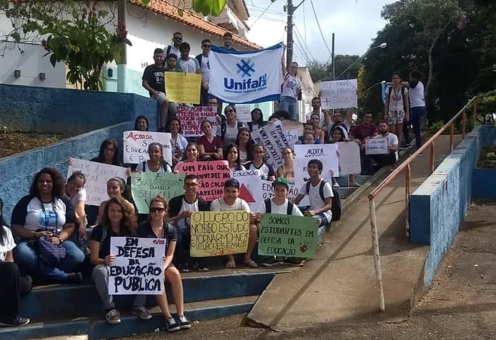 Estudantes same à ruas em atos contra bloqueio de verbas em Varginha (MG) — Foto: Letícia Oliveira